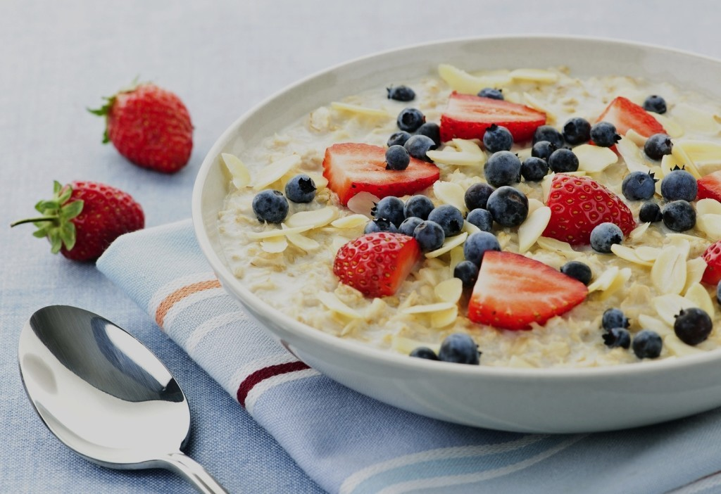 oatmeal-with-berries-1024x702-1024x702 ТОП-5 полезных продуктов для завтраков
