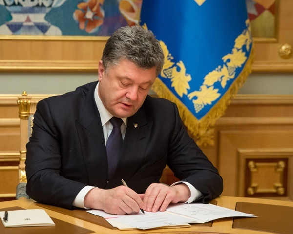 239406 Порошенко подписал закон об отмене использования кассовых аппаратов
