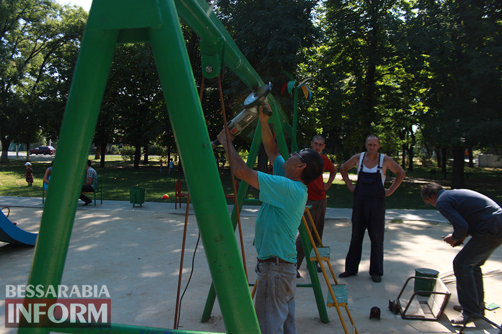 IMG_0261 В измаильском парке ремонтируют детскую площадку