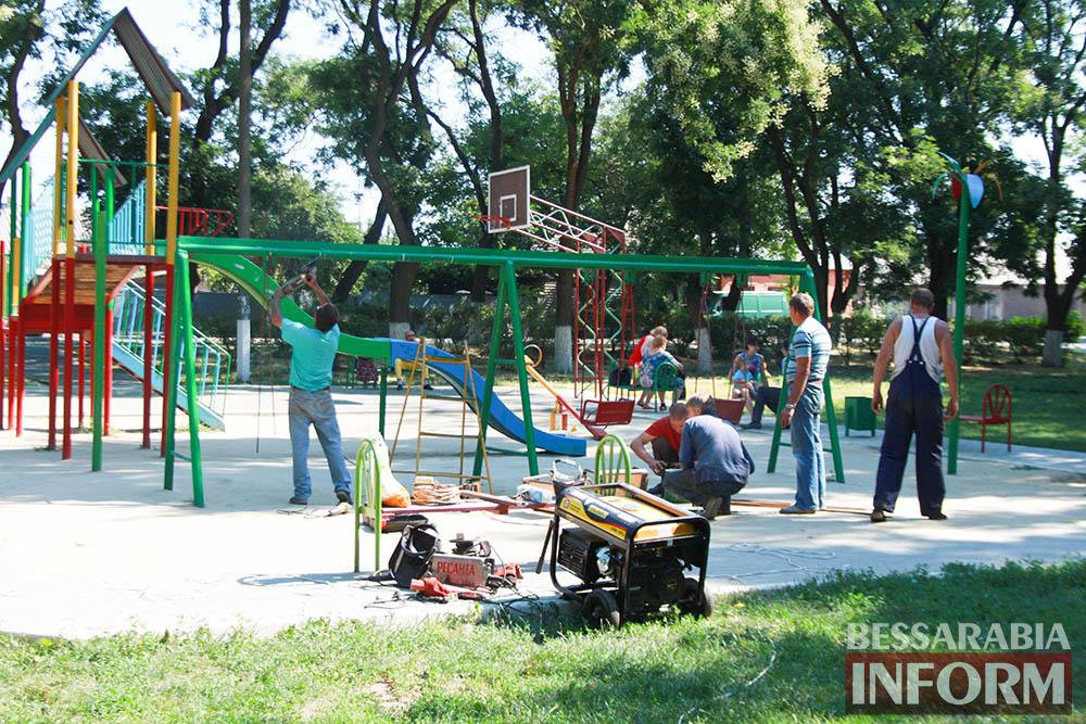 IMG_0269 В измаильском парке ремонтируют детскую площадку