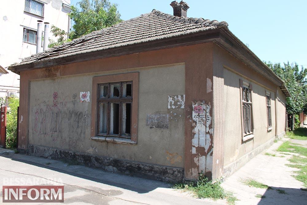"""Измаил: """"местная элита"""" превратила дом в центре города в общественный туалет"""