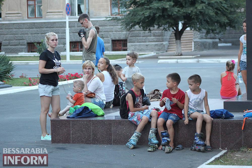IMG_1032 Как измаильчане проводят вечера на площади Победы (фоторепортаж)