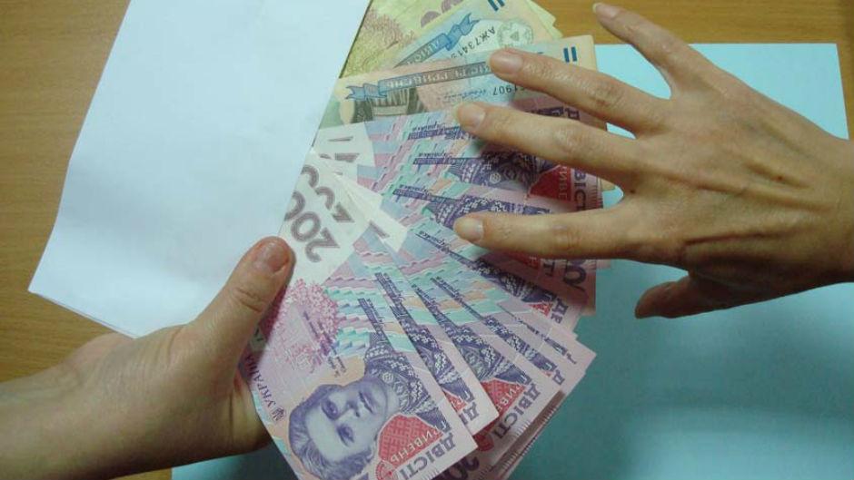 Где и кому в Украине платят больше всего