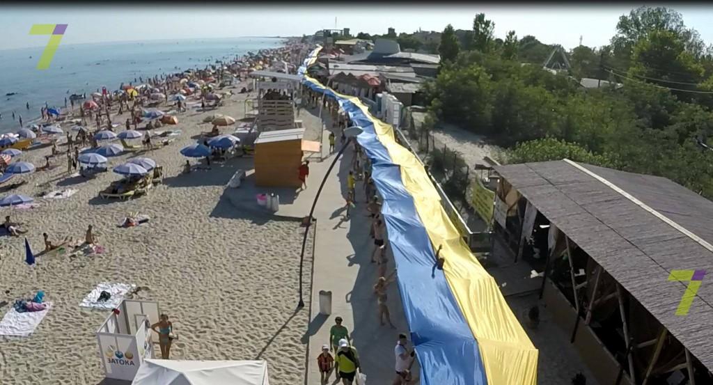 11924428_1619355814989158_1466725050_o-1024x553 Бессарабия - это Украина: в Затоке развернули флаг длиною в 1 км.
