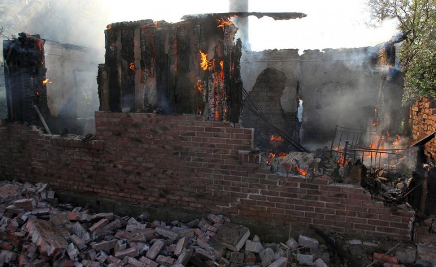 Горловка пережила страшную ночь: погибла женщина, 5 человек ранены (видео)