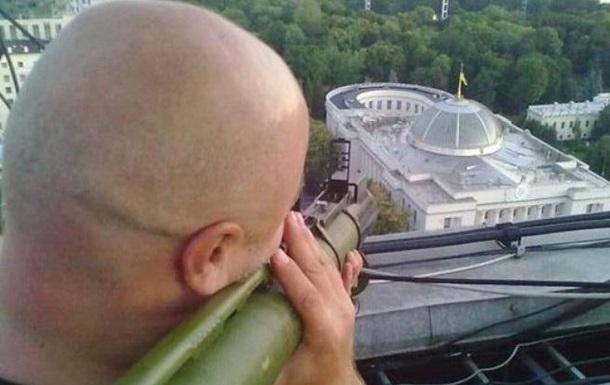 1669203 В сети обсуждают фото мужчины, целящегося гранатометом в здание Верховной Рады
