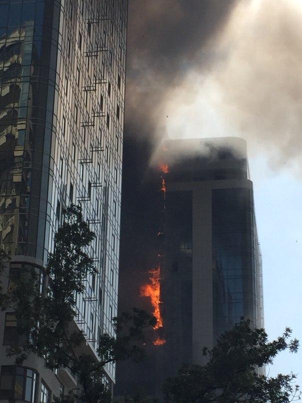 В Одессе масштабный пожар: горит 22-этажный дом (фото, видео)