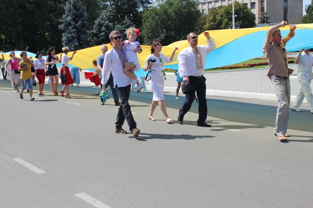 На День Независимости измаильчане развернули стометровый флаг (фоторепортаж)