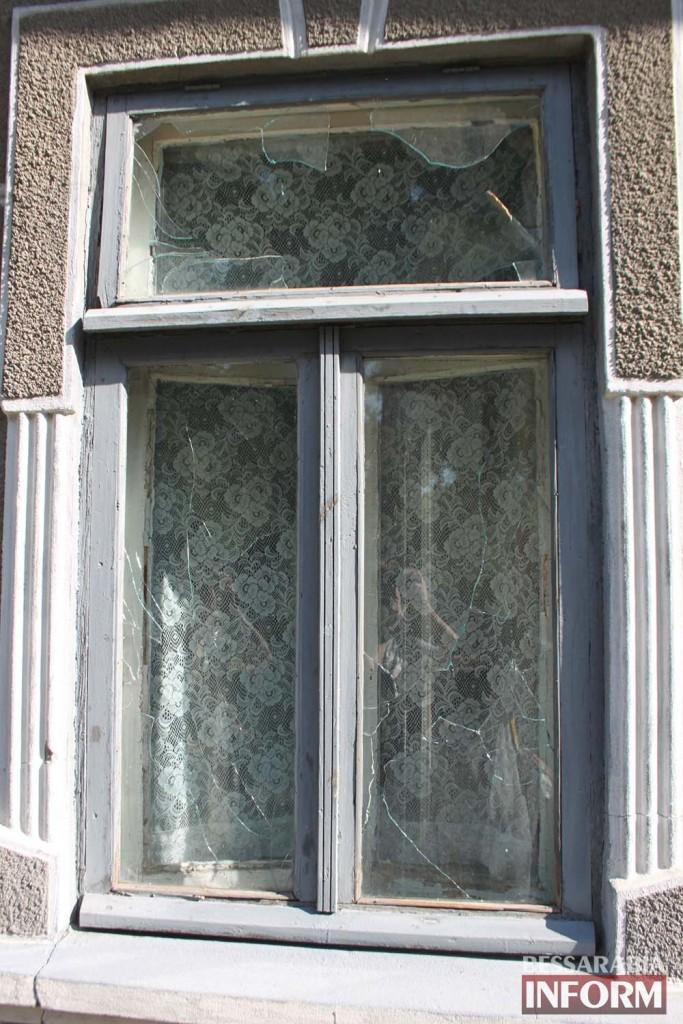 В Измаиле вандалы побили стекла в городской библиотеке (фото)