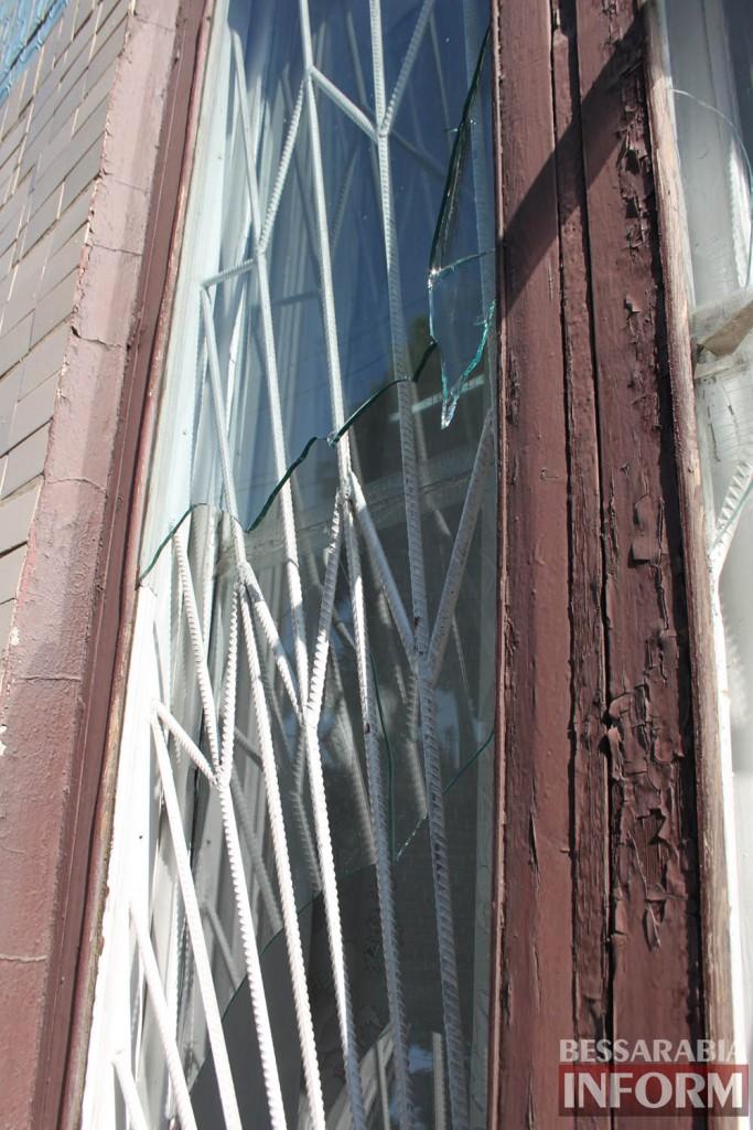 IMG_4722-683x1024 В Измаиле вандалы побили стекла в городской библиотеке (фото)