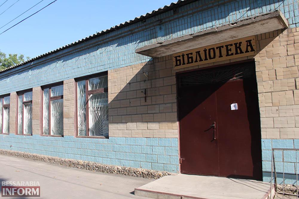 IMG_4725 В Измаиле вандалы побили стекла в городской библиотеке (фото)