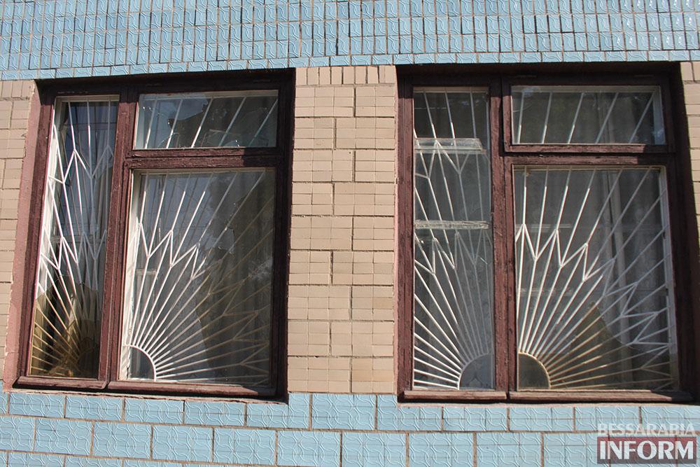 IMG_4726 В Измаиле вандалы побили стекла в городской библиотеке (фото)