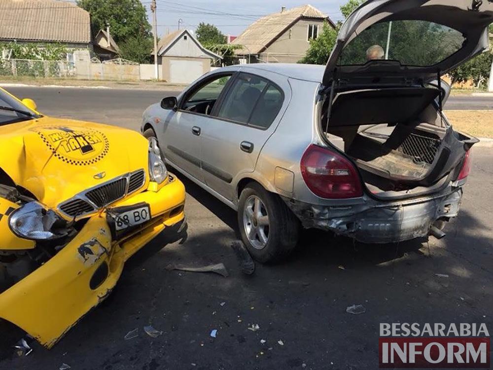 OS2x6oCG4PU ДТП в Измаиле: возле МРЭО Nissan столкнулся с такси