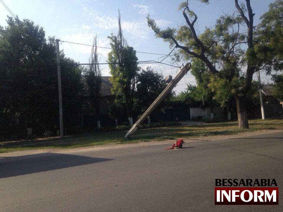 Ovas8UW0Zgw В Измаиле продолжают падать столбы (фото)