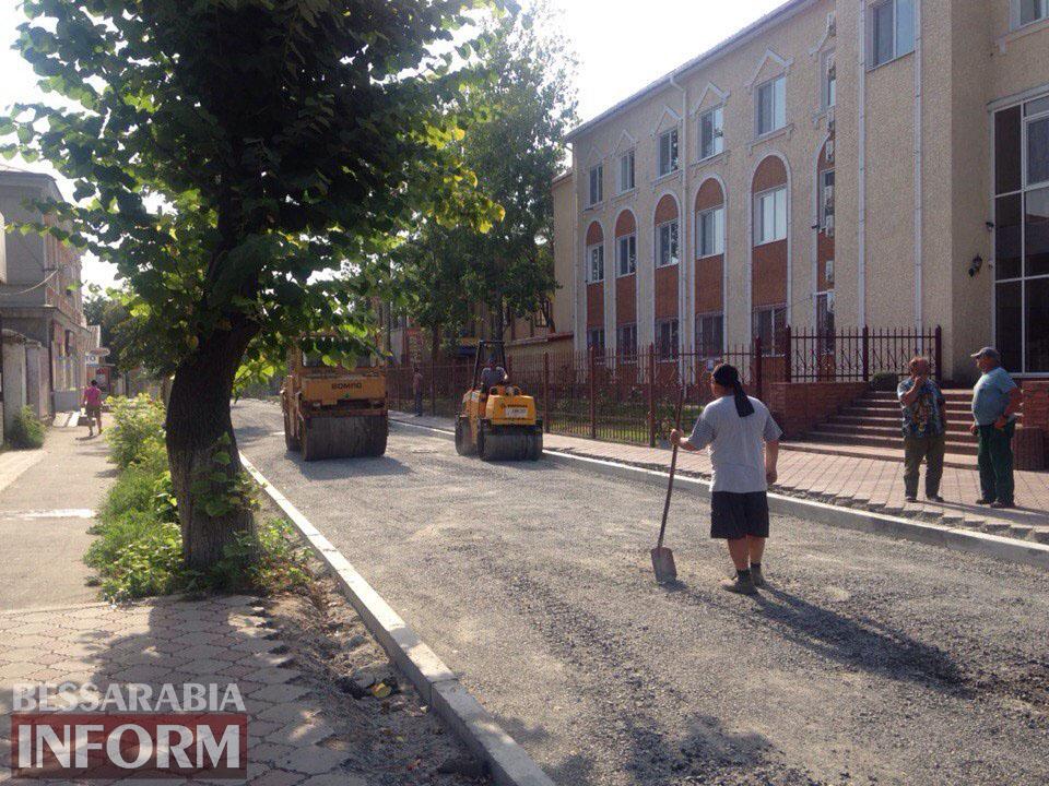 gzJsc_T0NOQ Измаил: улицу Осипенко закатывают в асфальт (фото)