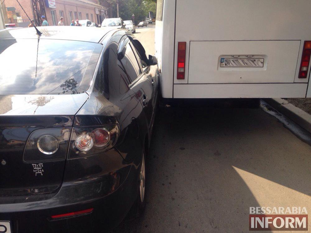В Измаиле не поделили дорогу Mazda и маршрутное такси (фото)