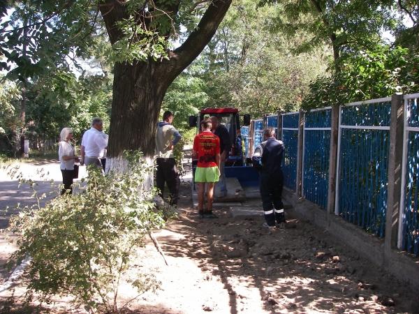 """IMGP0773 Жители Аккермана уговорили власти """"подлатать"""" пешеходную дорожку возле садика"""
