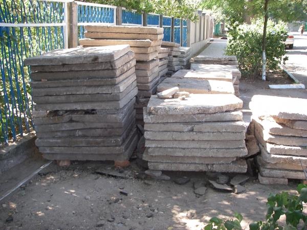 """IMGP0776 Жители Аккермана уговорили власти """"подлатать"""" пешеходную дорожку возле садика"""