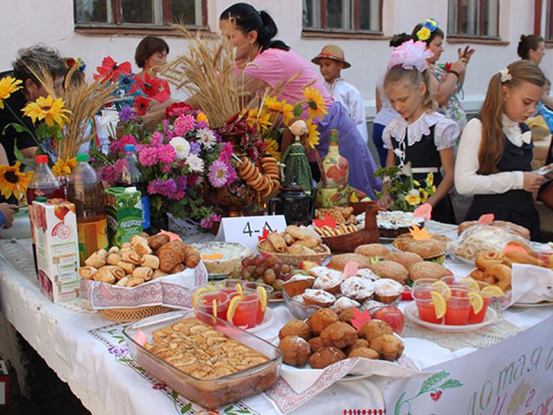 IMG_6136-800x600 Измаил: дары осени и море сладостей на ярмарке в ОШ № 7 (фото)