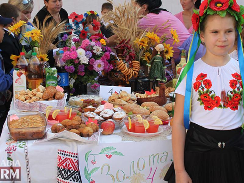 IMG_6137-800x600 Измаил: дары осени и море сладостей на ярмарке в ОШ № 7 (фото)