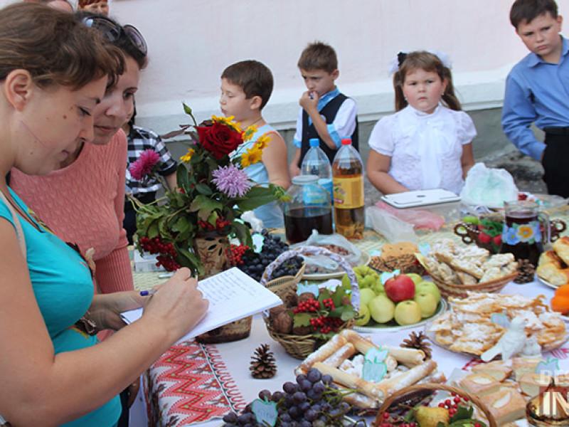 IMG_6167-800x600 Измаил: дары осени и море сладостей на ярмарке в ОШ № 7 (фото)