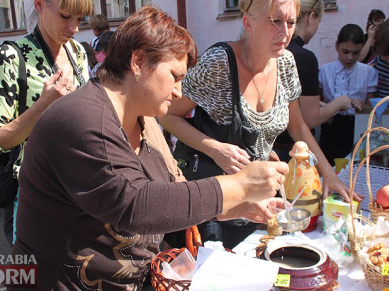 IMG_6189-800x600 Измаил: дары осени и море сладостей на ярмарке в ОШ № 7 (фото)