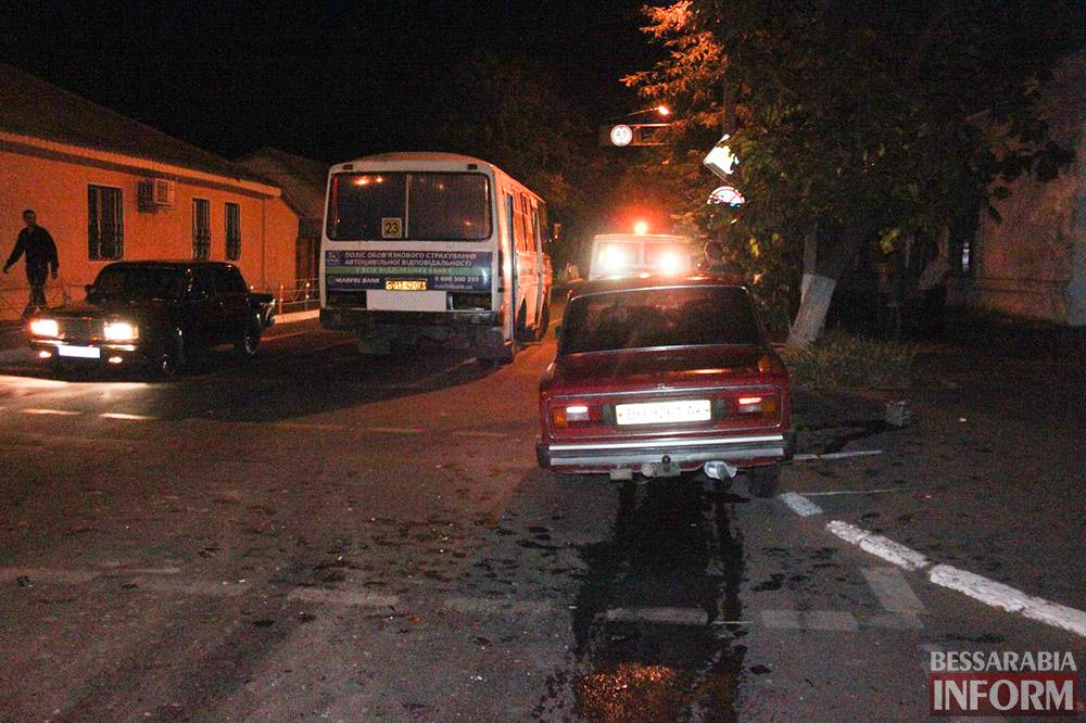 """Вечернее ДТП в Измаиле: маршрутное такси не поделило дорогу с """"ВАЗ""""ом"""