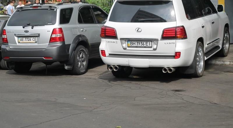 a11-800x440 В Сеть выложили фото элитных автомобилей будущих прокуроров Одесской области