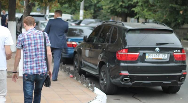 a4-800x440 В Сеть выложили фото элитных автомобилей будущих прокуроров Одесской области