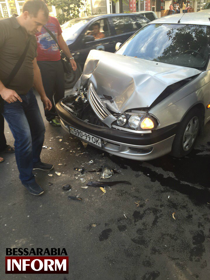 qL2CF5pfX0U ДТП в Измаиле: из-за несоблюдения дистанции пострадало несколько автомобилей