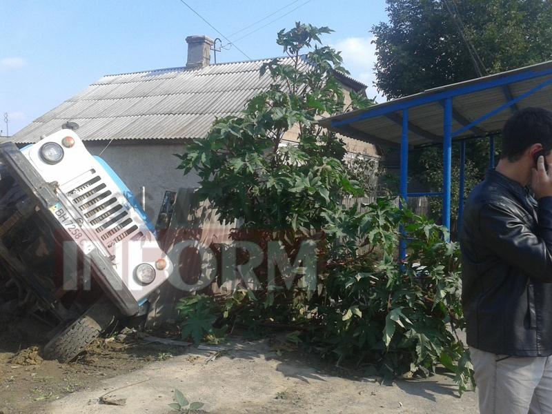 В Измаиле под землю провалился автомобиль (ФОТО)