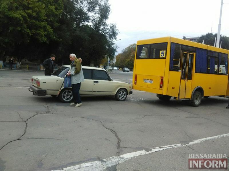 """ДТП в Измаиле: Жигули """"догнали"""" маршрутку (фото)"""