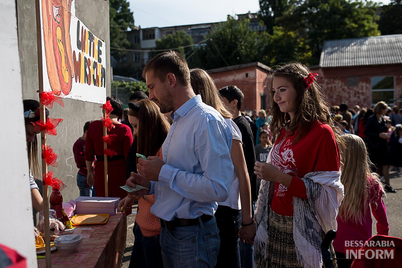SME_0076 Измаил: в ОШ №16 прошла благотворительная сладкая ярмарка (фото)