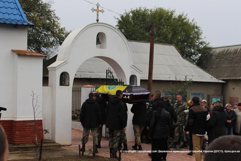 news_20151022_145147_1445514707 В Белгород-Днестровском р-не  провели в последний путь погибшего в АТО воина (фото)