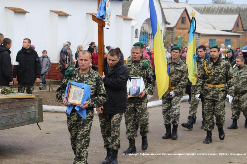 news_20151022_145217_1445514737 В Белгород-Днестровском р-не  провели в последний путь погибшего в АТО воина (фото)