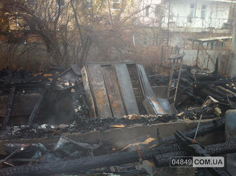 5657fd80ba9c7 В Затоке пожар полностью уничтожил здание аптеки (фото)
