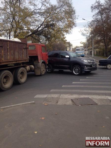 8xUafAoALbY В Измаиле КАМАЗ протаранил Toyota Land Cruiser (ФОТО)