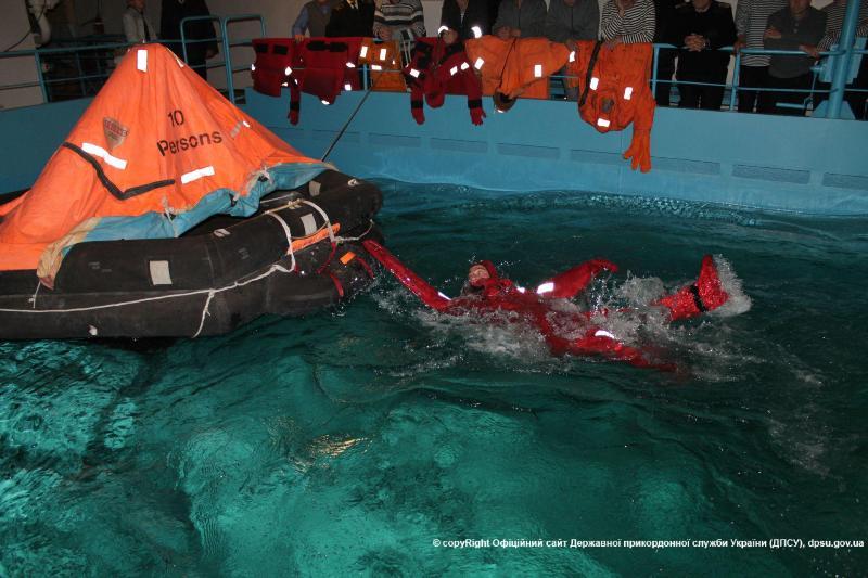 Измаильские моряки-пограничники прошли обучение по спасению человеческой жизни на воде (фото)