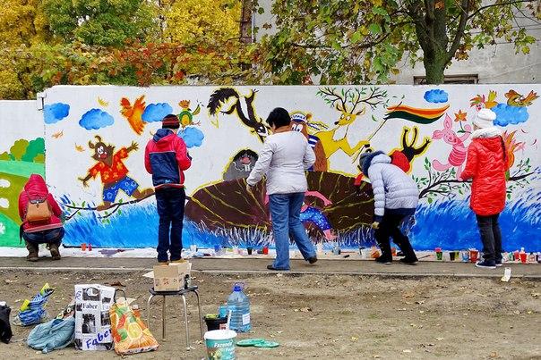 Измаильская детвора украсила забор теплосети сказочными рисунками