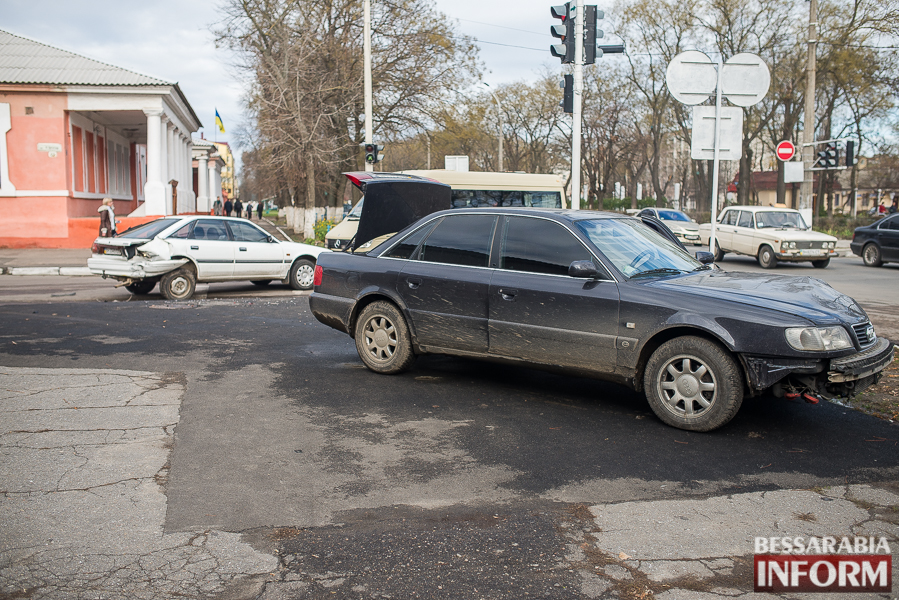 1 ДТП в Измаиле: Ауди на скорости протаранила стоявшую на светофоре Мазду (ФОТО)