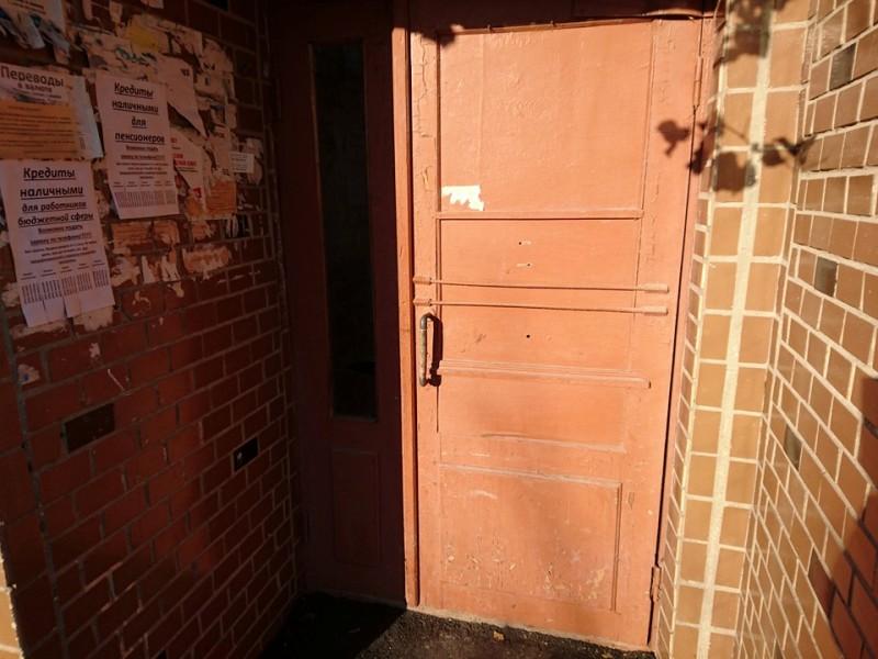 """Измаил: на """"Копаной Балке"""" меняют двери в подъездах"""