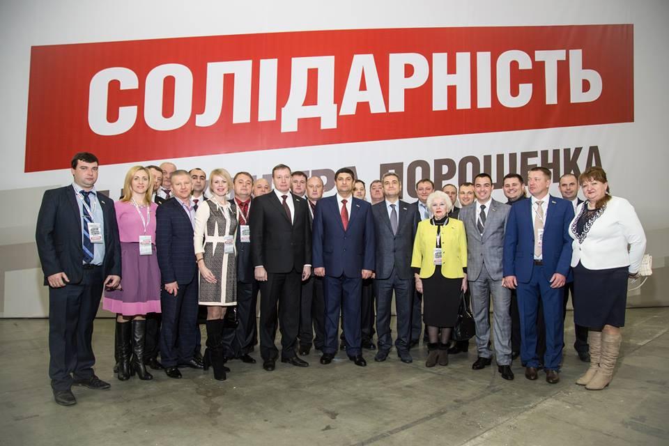 Рукопожатие года: Порошенко пожал руку Абрамченко (фото)
