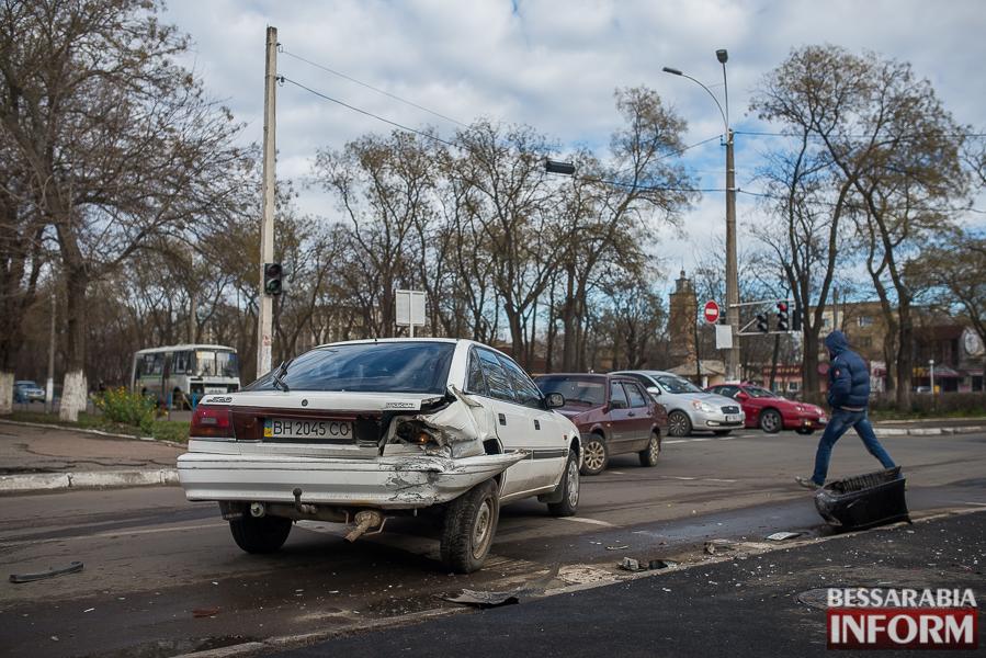 2 ДТП в Измаиле: Ауди на скорости протаранила стоявшую на светофоре Мазду (ФОТО)