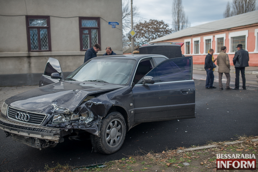 4 ДТП в Измаиле: Ауди на скорости протаранила стоявшую на светофоре Мазду (ФОТО)