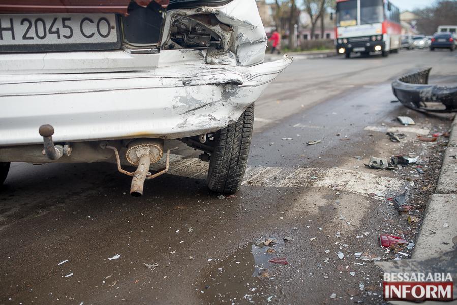 6 ДТП в Измаиле: Ауди на скорости протаранила стоявшую на светофоре Мазду (ФОТО)