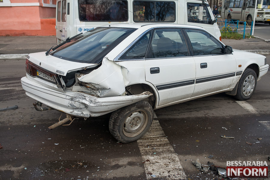 7 ДТП в Измаиле: Ауди на скорости протаранила стоявшую на светофоре Мазду (ФОТО)