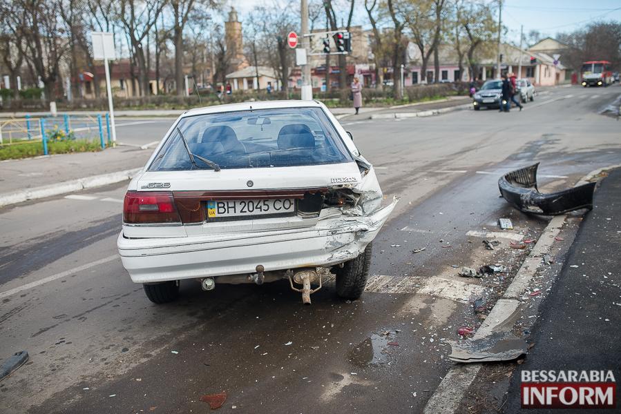 8 ДТП в Измаиле: Ауди на скорости протаранила стоявшую на светофоре Мазду (ФОТО)