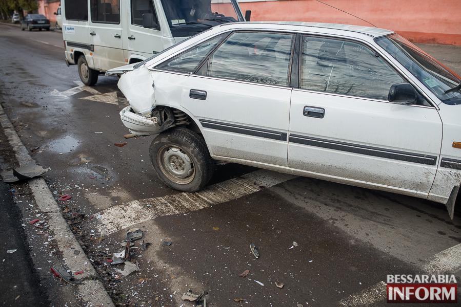 9 ДТП в Измаиле: Ауди на скорости протаранила стоявшую на светофоре Мазду (ФОТО)