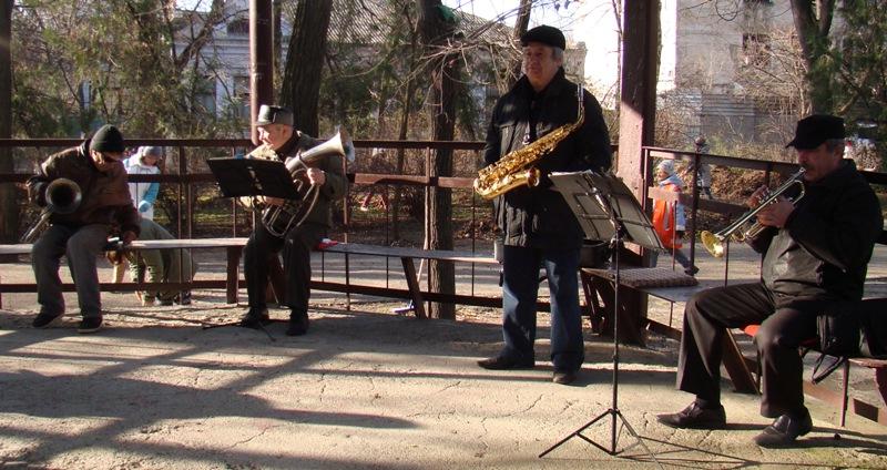 9_-_orkestr Чистота - залог здоровья: в Рени прошел городской субботник