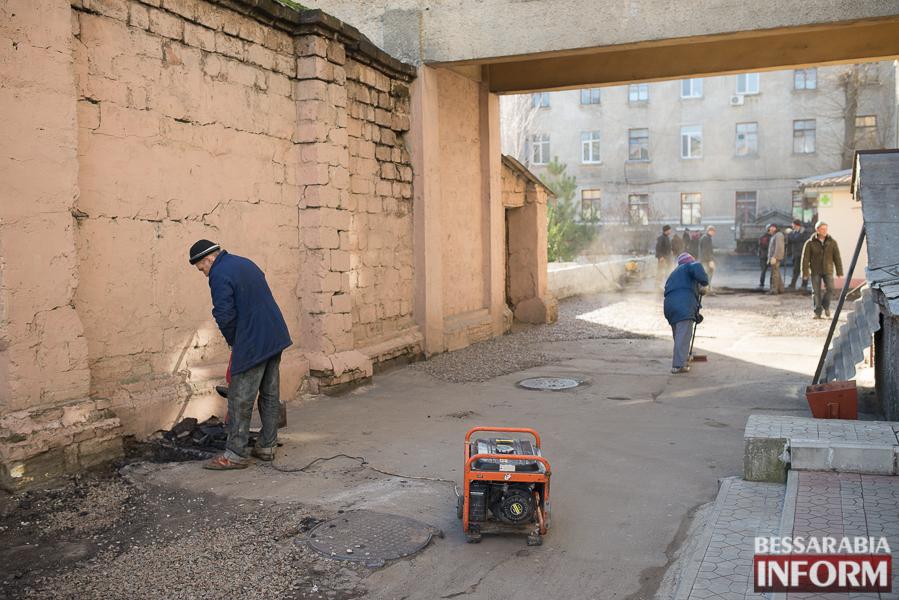 SME_2824 Измаил: территорию городской больницы закатали в асфальт (фото)